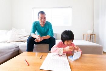 現在、保育園の年長の詩ちゃんに勉強を教えるのは河内さん。オリジナルの教材を作って、数の特訓中。