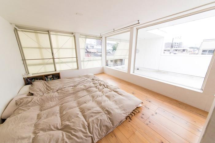3階のベッドルームとテラス。無駄なもののない、明るく開放的、かつ清潔な空間。