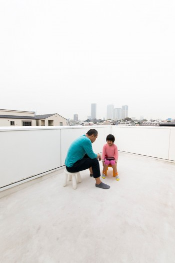 陸屋根を活かして広いテラスに。都会の中のオアシスのような家。