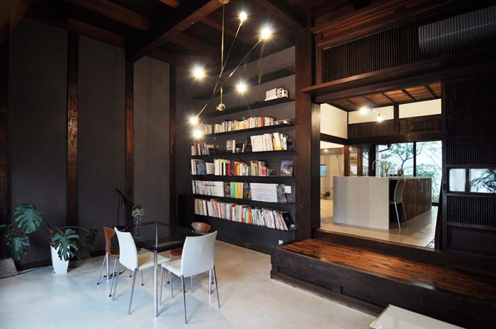 本棚を薄く軽いものにするなど、和の空間とモダンなテイストとのバランスが絶妙。柱と今回塗った漆喰壁もうまくフィットしている。