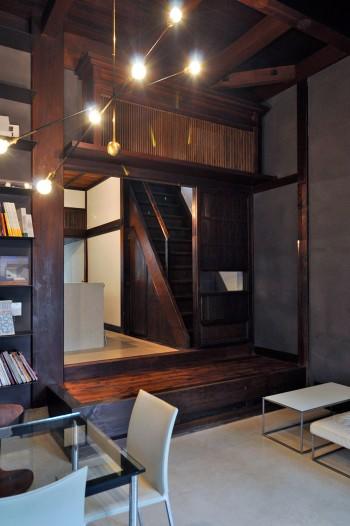 元は和菓子屋だったというこの家。奥に上がるところにインパクトのある神棚が設けられている。