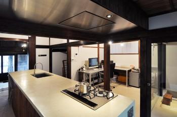 大人数でもOKのDK。天板は昔風の味のある人研ぎ仕上げでこの空間にもマッチしている。