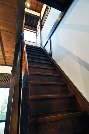 昔のつくりのためちょっぴり急な階段。