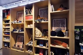 文庫本と合わせてスケートボードやフリスビーが並ぶ遊び心に溢れた棚。