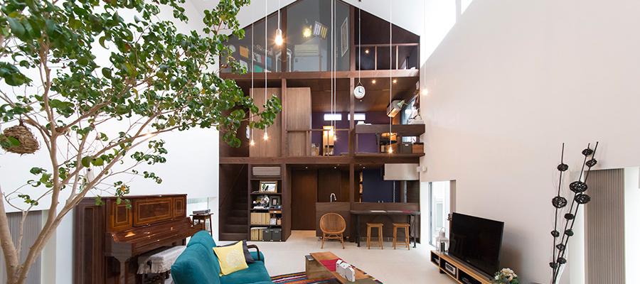 吹抜けをはさんで趣味の家が2つ  サーファーズハウスと音楽室 ドールハウスのような家