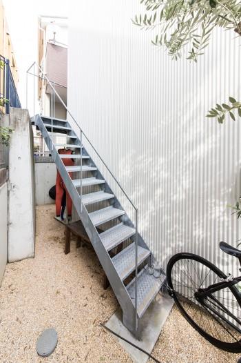 雅一さんの部屋には外から階段で2階に入る。ちなみに階段の下には海から上がってそのまま浴室に直行できるドアがある。