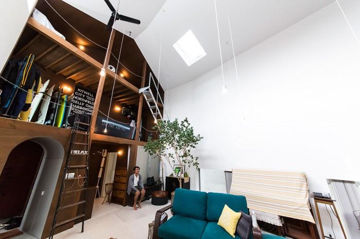鎖の手摺りや工事現場で使う階段など、雅一さんの趣味の家のサイドは武骨なイメージの作りになっている。