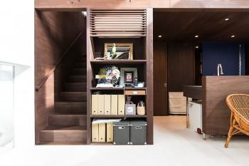 戸棚の奥がランドリールーム。2階の寝室の床の扉を開くと、洗濯物を1階のランドリールームに落せるシカケが楽しい。