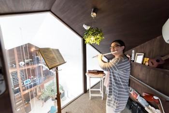 音は壁を伝って外に漏れる性質があるので、防音している音楽室は外壁に接しないように独立する形で作っている。