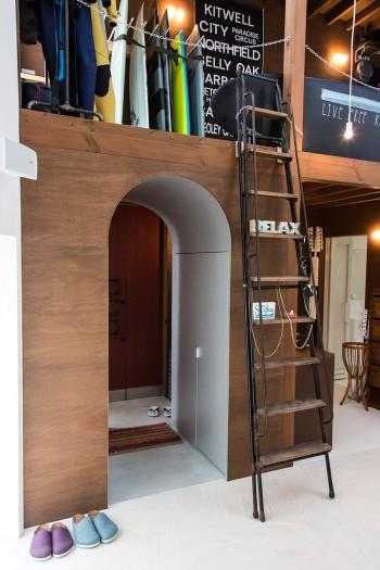 玄関を入って、敢えて小さく作ったアーチをくぐると、大空間が目の前に広がるという趣向。