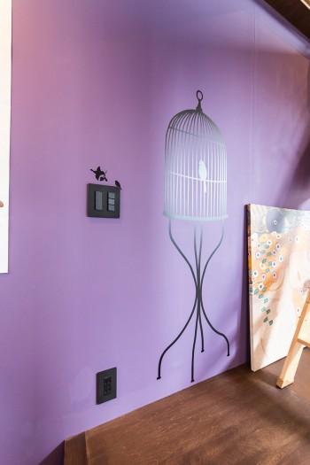 志乃さんがこだわって選んだ寝室の紫の壁の色。暗い部分と明るい場所の色の変化が美しい。