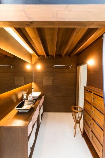 洗面ボウルは2個。「出勤時間が同じなので、ぜひ2つ欲しいと、建築家にリクエストしました」