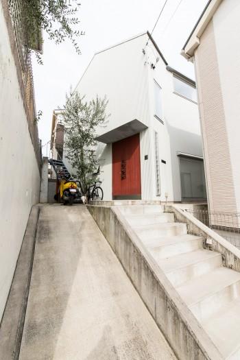 四方を家に囲まれた土地だが、隣家と視線が合わない窓の取り方などを工夫し、開放的な空間を作ることに成功している。