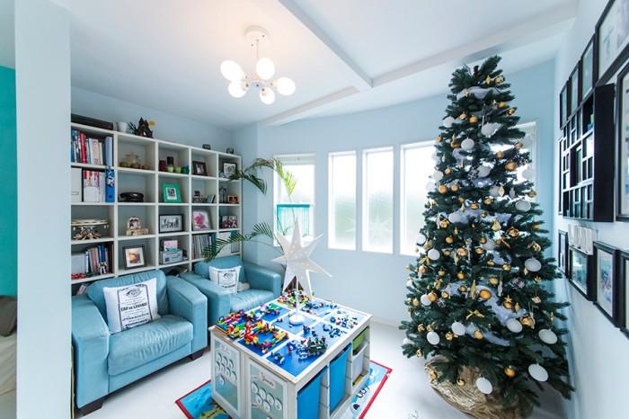 玄関を入ったところにある書斎&子供たちの遊び場。ブルーのソファーのサイズに合わせて設計してもらった。