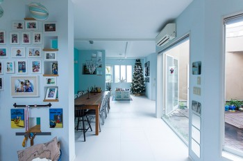 床はフローリングから白いタイルに変更。中庭は30cm四方のタイルを小原さんが自らはめ込んだ。