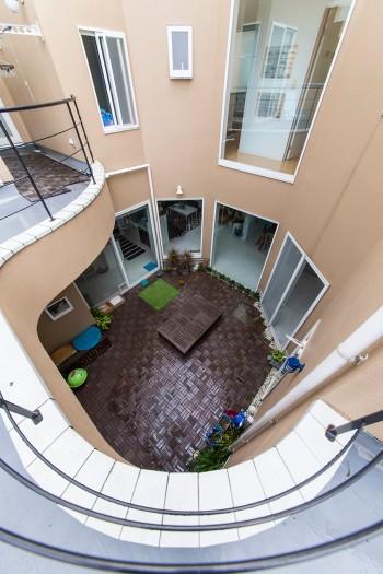 2階の回廊のような廊下から中庭をのぞむ。3匹の飼い猫のお散歩スペースにも。