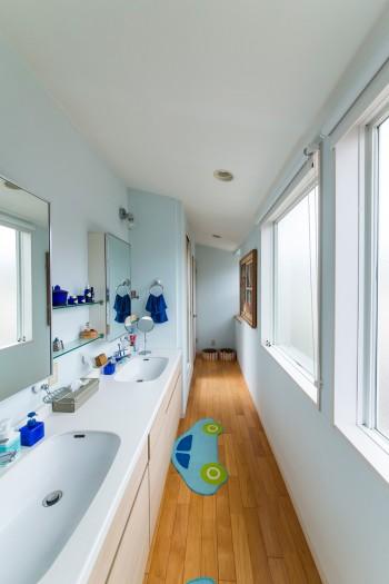 予め選んでおいた洗面台に合わせて設計。奥はいずれ長男の部屋になる和室がある。