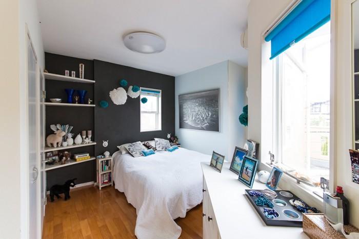 黒、白、青のコントラストが美しいベッドルーム。毎日、サイトでインテリア情報を1時間程チェクして研究するのだとか。