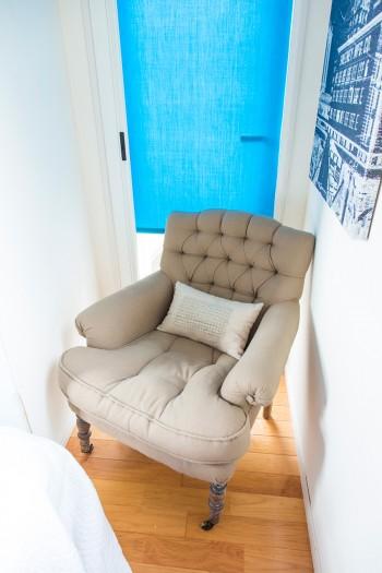 ベッドルームのコーナーに置かれたソファー。重厚感が部屋にマッチ。