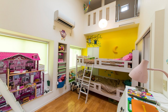 子供部屋の両側にはロフトがあり、子供たちのお気に入りの遊び場となっている。