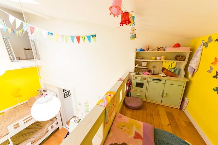 ロフトから子供部屋を見下ろす。子供部屋の飾り付けも、小原さんの楽しみのひとつ。