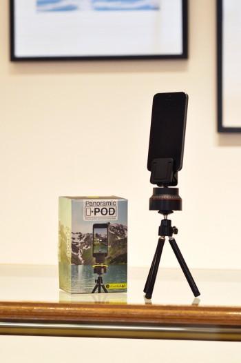 スマートフォンをセットし自動で360度撮影してくれるスタンド『Panoramic Pod』。手持ちでは難しい、ブレのないパノラマ撮影が簡単にできる。¥3,000