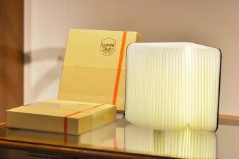 書籍のようなLED照明「Lumio」は、表紙を開いて開閉の調節が可能。レザーカットの木製カバーと柔らかな灯りが空間に温もりを与える。¥36,570