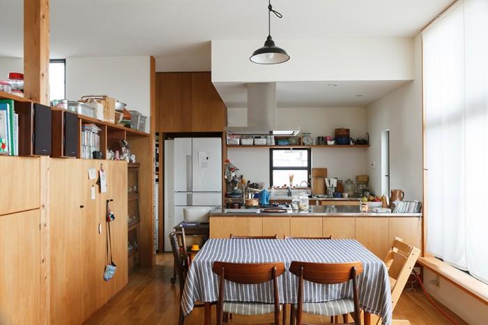 リビングからキッチンとダイニングを見る。キッチンは大工さんの造作。デンマーク製のダイニングテーブルと椅子は今年購入したもの。テーブルはエクステンションタイプ。