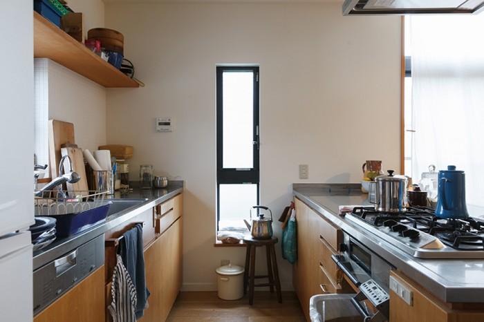 2列型のキッチンは窓際にコンロを配することが多いが、撮影や料理教室での使い勝手を考え、ダイニング側にコンロを設置した。