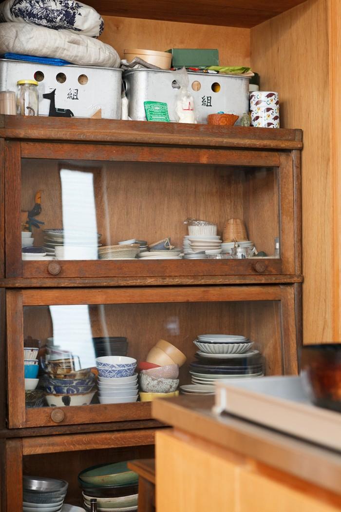 もともとは本棚だった棚に食器を収納。「友人から譲り受けて、以前の家から使っています」。設計時に棚のサイズに合わせて造作家具を製作したため、ぴったりと収まっている。