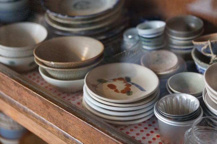 使いやすく収納された食器。友人の陶芸家の作品も多い。