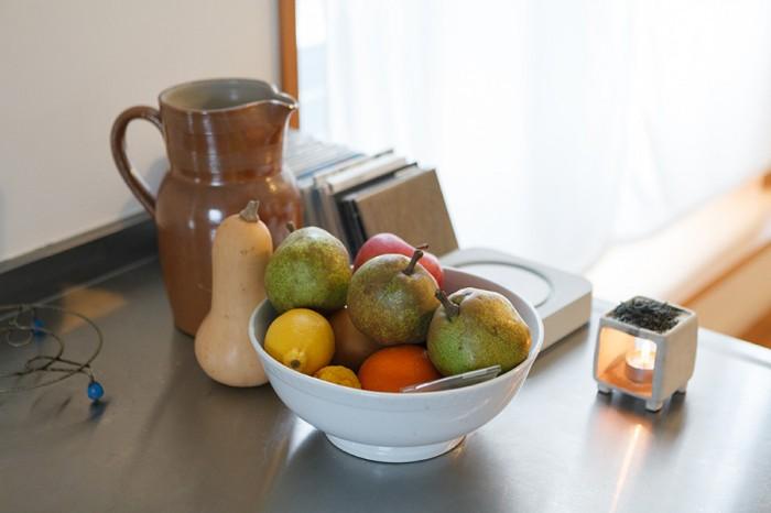 カウンターの上には、季節のフルーツやCDプレ―ヤーなどが並ぶ。