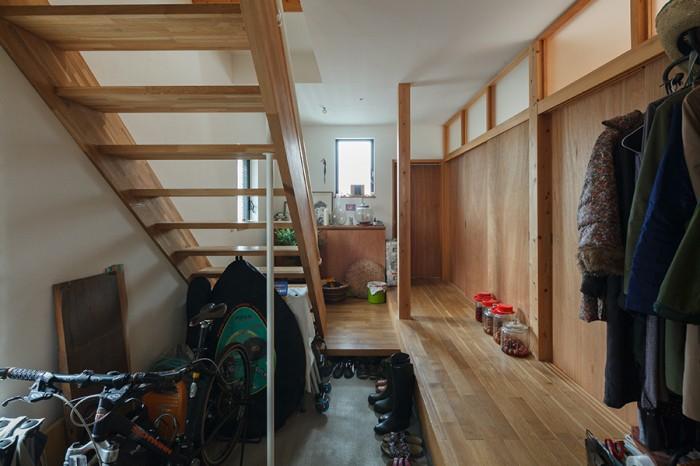 玄関を入ると土間と廊下、階段室が一体となった空間が広がる。
