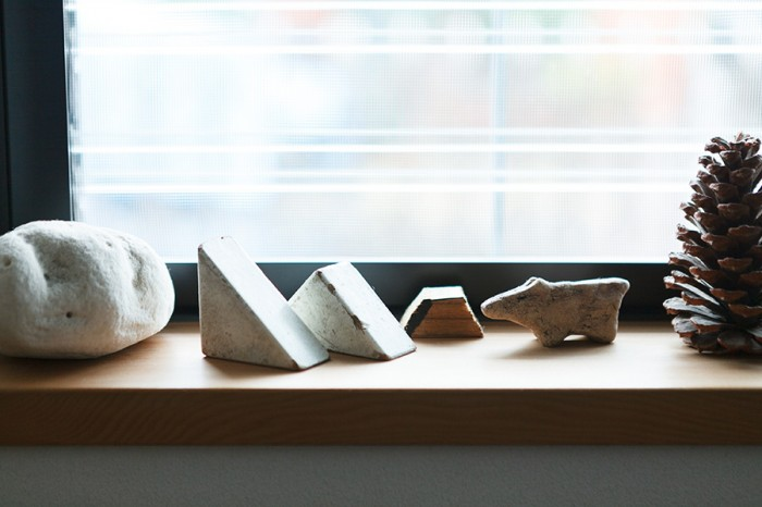 1階の窓は、通風を確保するためにルーバー窓に。窓辺にお気に入りの小物を飾って。