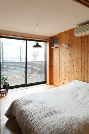 1階の寝室の外には洗濯物を干すための広いウッドデッキがある。