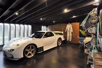 リビングの隣のスペース。自動車やゴーカートの整備などをするという、添田さんの「趣味の部屋」。