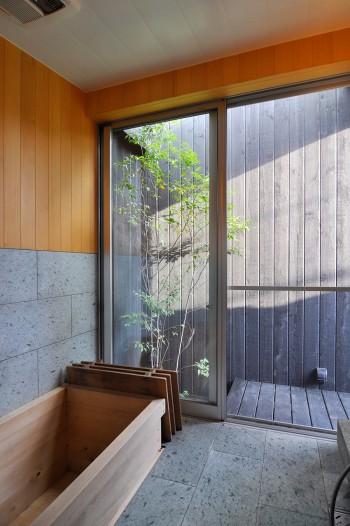 高野槇の浴槽がある浴室。