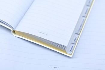 Featherweight Paperと呼ばれるスマイソン独自のペールブルーの紙は、万年筆で書いても染みない、羽根のように軽い肌触りで一枚一枚に透かしが入っている。かつて英国紙幣にも使われていた。