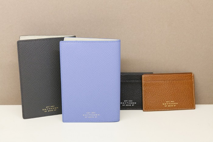 左からパスポートカバー(チャコール・ナイルブルー)各¥24,000 カードケース(ブラック・タン)各¥21,000 以上スマイソン/ヴァルカナイズ・ロンドン 青山店