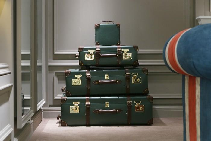 エクスペディション 上から9インチミニユーティリティケース ¥85,000 21インチトロリーケース ¥180,000 30インチエクストラディープスーツケース ¥220,000 33インチエクストラディープスーツケース ¥230,000 以上グローブ・トロッター ジャパン