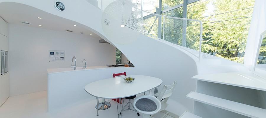クリエイティブな発想が育つ家壁や床のうねりがエモーショナルな内部空間
