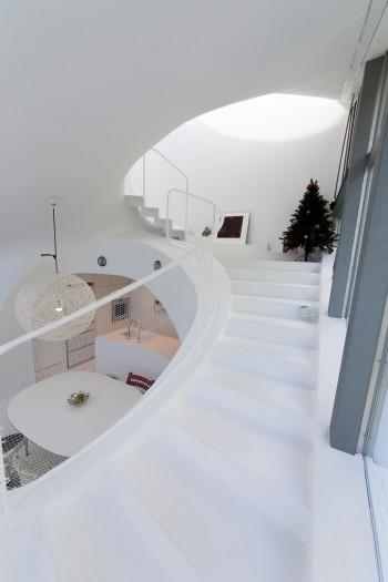 2階から3階へはエレガントに弧を描く緩やかな勾配の階段になっている。天に昇っていくようなイメージ。