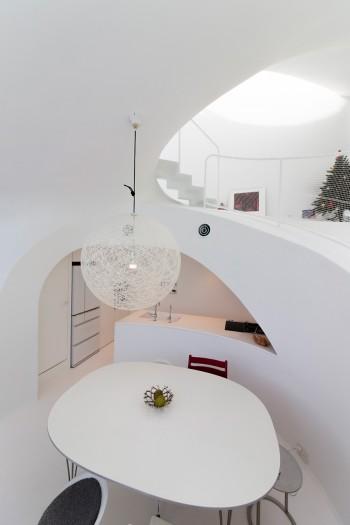 フリッツハンセンの楕円のテーブルが、家のカーブにぴったりとフィット。大きなペンダントライトはMOLRAもの。