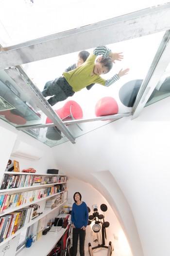 いろんな場所が子どもたちの遊び場になる家。ガラスの床に寝っころがって下を覗く経験ができる家はなかなかない。