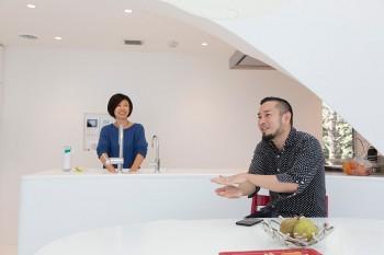 「クリエイティブな子どもに育って欲しい」と話す、正道さんと佳子さん。オランダに夫婦で海外赴任していたこともあったそう。