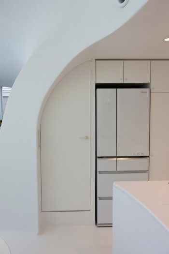 正道さんの部屋のドアは、壁の曲面が覆いかぶさるような、インパクトのあるカタチ。