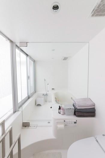 FRPで制作された曲面がおもしろい浴室。左側の窓の外はテラスになっていて、子どもたちが露天風呂気分で遊ぶそう。