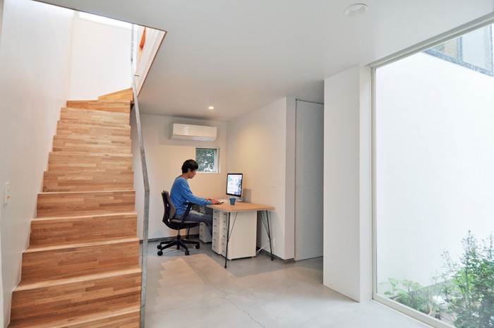 道から見て左側の棟の一角に設けられた仕事場のスペース。右の奥には寝室がある。