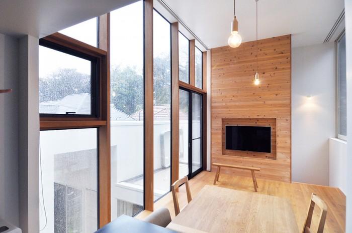 1階の第2のリビングに対して、木壁の手前が第一のリビング。