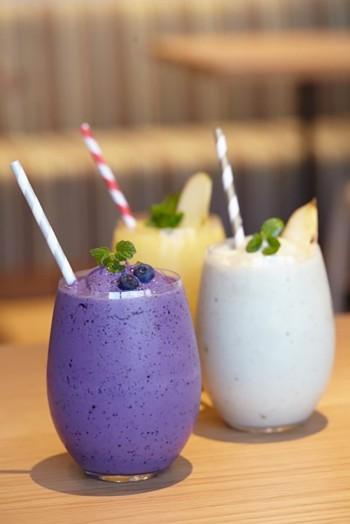 フレッシュスムージーは全部で8種類。季節限定のメニューもあるので、お店の人におすすめを聞きながら今日の気分に合った1杯を。(C) &ima STUDIO